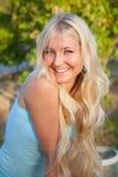 室外可爱的美丽的白肤金发的妇女 免版税库存图片