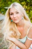室外可爱的美丽的白肤金发的妇女 免版税图库摄影