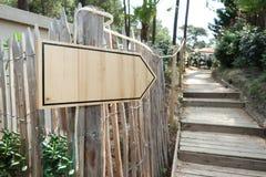 室外台阶木标志路前面签字和左箭 库存图片