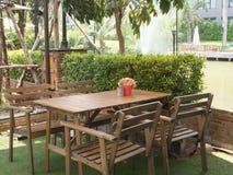 室外咖啡馆在一个绿色庭院里 库存照片
