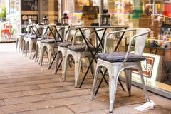 室外咖啡馆在圣诞节时间的欧洲城市 免版税库存图片