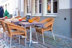 室外咖啡馆在圣诞节时间的欧洲城市 免版税库存照片