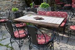 室外咖啡馆或餐馆桌和椅子 库存照片