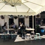 室外咖啡馆的人们在悉尼澳大利亚 免版税库存图片