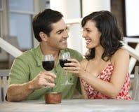室外咖啡馆的夫妇 免版税库存照片