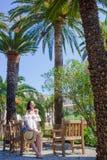 室外咖啡馆的少妇在美好的手段的暑假在五乡地,意大利 图库摄影