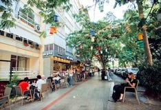 室外咖啡馆的访客食用早餐 免版税库存照片