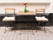 室外咖啡馆表和椅子在安特卫普,比利时 库存照片