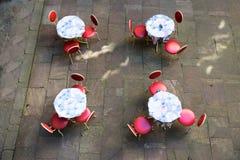 室外咖啡馆表和椅子 免版税库存图片