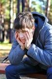 室外哀伤的少年 库存照片