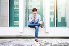 室外商人在巧妙的电话的选址和工作,生活方式 免版税库存照片