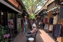 室外商城的人们在JJ市场上 免版税库存照片