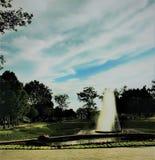 室外喷泉 喷泉喷射它入与天空蔚蓝的空气 免版税库存照片