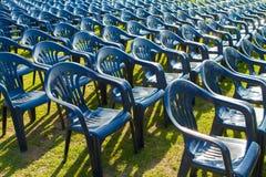 室外多把的椅子,许多椅子 免版税库存照片