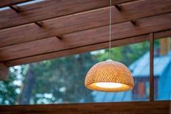 室外大阳台的内部与一盏柳条木天花板灯的 免版税库存照片