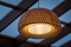 室外大阳台的内部与一盏柳条木天花板灯的 库存照片