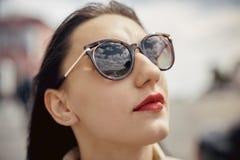 室外太阳镜的画象俏丽的妇女在夏日 免版税库存图片