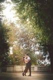 年轻室外夫妇激情和的爱 树和自然 自然的爱 免版税库存图片