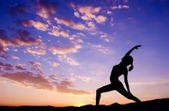室外女子瑜伽剪影 免版税库存照片
