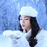 室外女孩吹的雪 免版税图库摄影