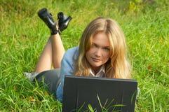 室外女孩的笔记本 免版税库存照片
