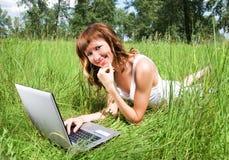 室外女孩的笔记本 免版税库存图片