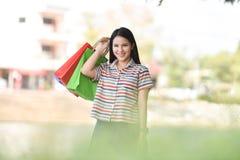 室外妇女运载的购物袋 库存照片
