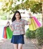 室外妇女运载的购物袋 库存图片