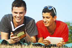 室外学会的小组的学生 免版税库存照片