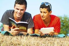 室外学会的小组的学生 免版税库存图片