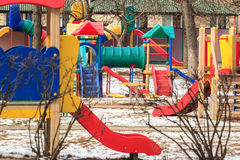 室外孩子操场在冬天城市 免版税库存照片