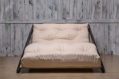 室外家具是一个舒适的折叠的沙发 免版税库存图片