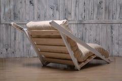 室外家具是一个舒适的折叠的沙发 免版税库存照片