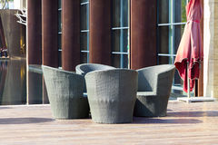 室外家具:一个小组在大阳台的藤条扶手椅子 免版税库存照片