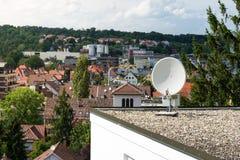 室外家庭卫星盘屋顶商业对象被隔绝的F 免版税库存照片