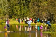 室外家庭活动在公园和湖 免版税库存照片