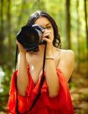 室外少妇的摄影师 免版税库存图片