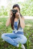 室外少妇非职业的摄影师 库存图片