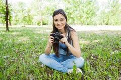 室外少妇非职业的摄影师 免版税图库摄影