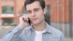 室外年轻人谈话在电话
