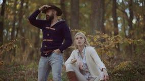 室外年轻典雅的夫妇高档时尚画象  秋天季节的时尚 摆在时髦秋天的年轻夫妇 股票录像