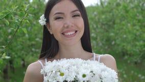 室外微笑的女性嗅的花束 股票视频