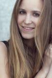 室外微笑的斯堪的纳维亚妇女的模型 库存照片