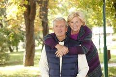 室外微笑的资深的夫妇 库存图片
