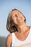 室外快乐的愉快的微笑的成熟的妇女 免版税图库摄影