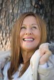 室外快乐的成熟妇女冬天的jackte 免版税库存照片