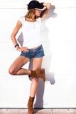 室外性感的短裤妇女 免版税库存图片