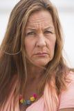 室外恼怒的确信的成熟的妇女 免版税库存照片