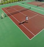 室外愉快的新夫妇作用网球的比赛 免版税库存图片