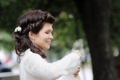 室外愉快的新娘 库存图片